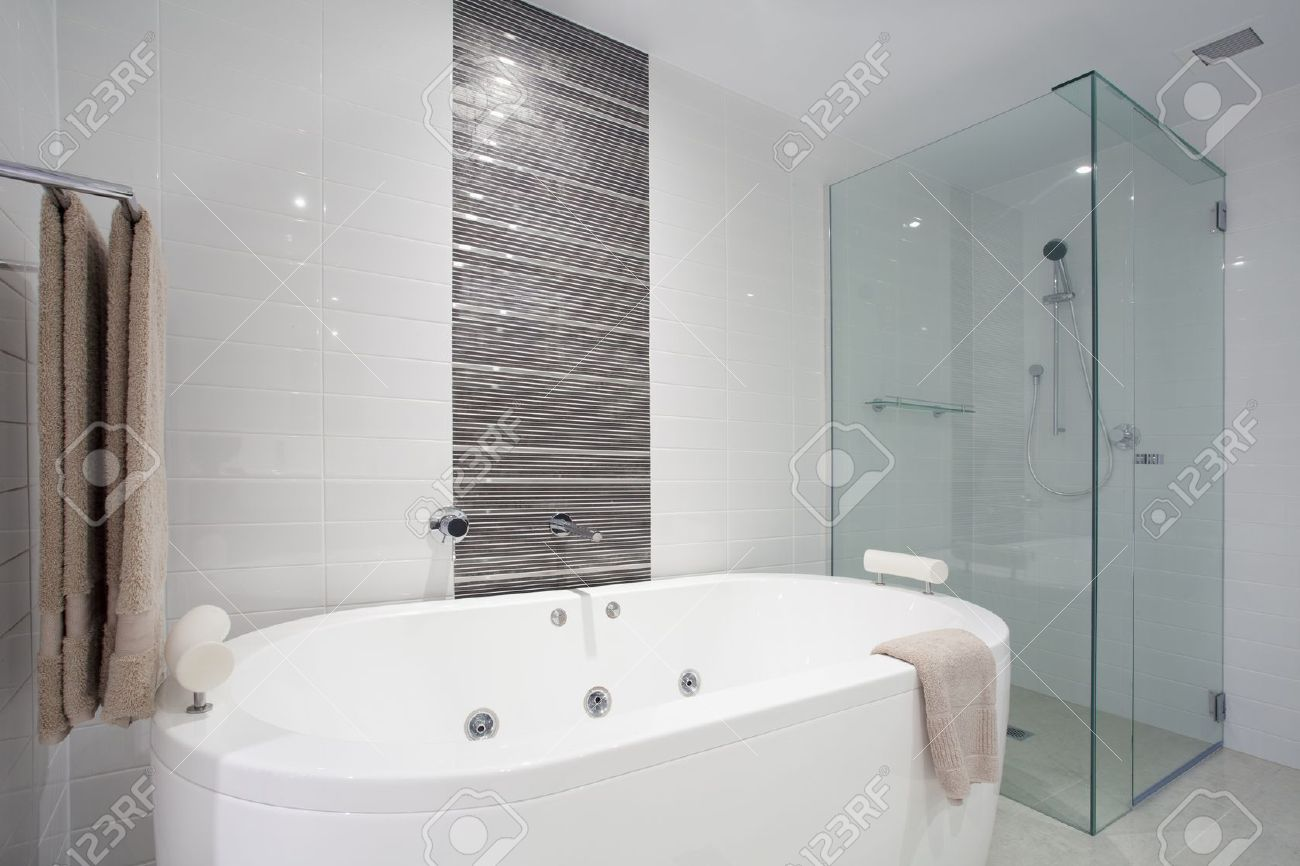 Elegante bagno pulito con doccia e vasca da bagno foto royalty ...