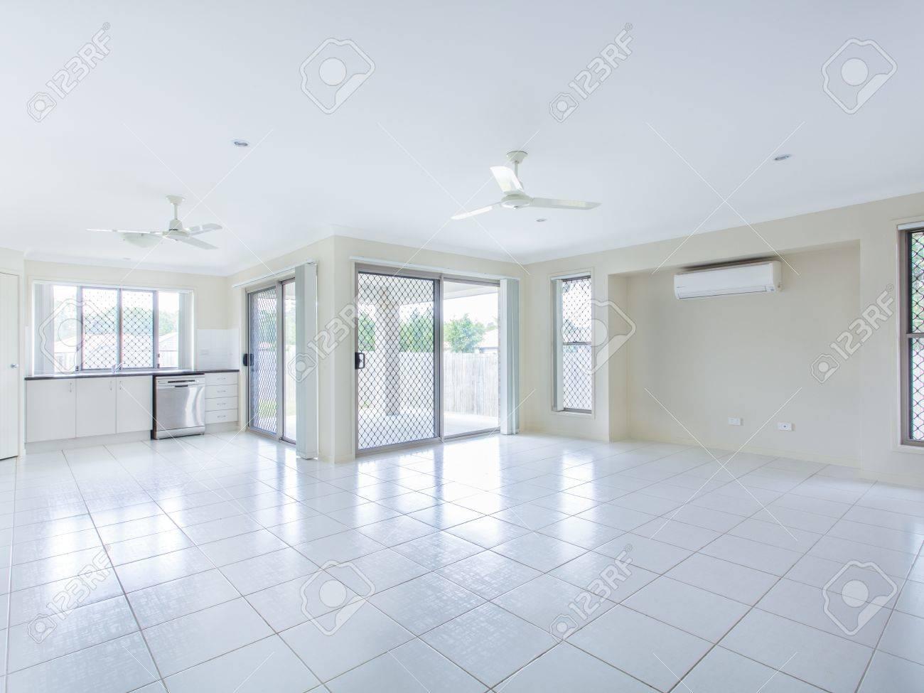 Grosse Geflieste Leeren Wohnzimmer Und Kche Lizenzfreie Bilder