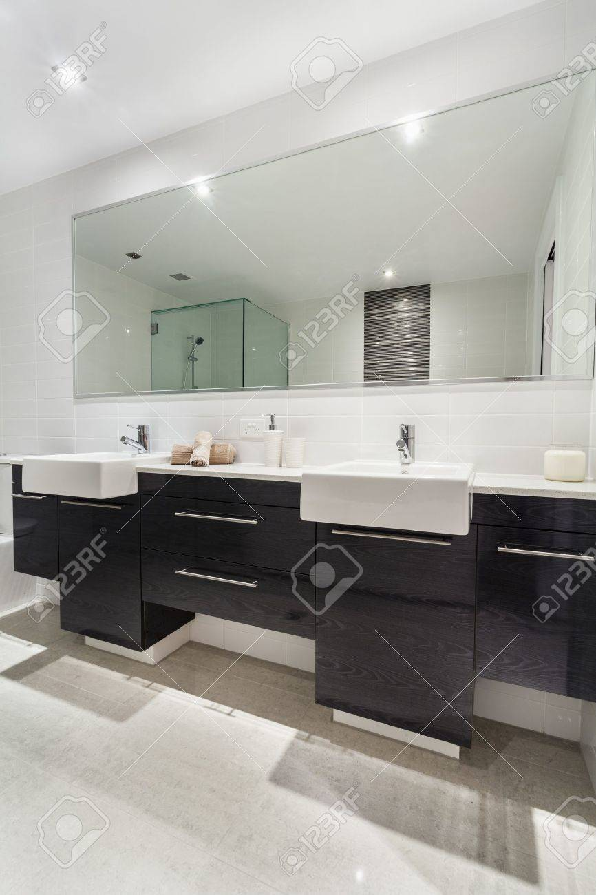 Modern twin bathroom in stylish Australian appartment Stock Photo - 18658339