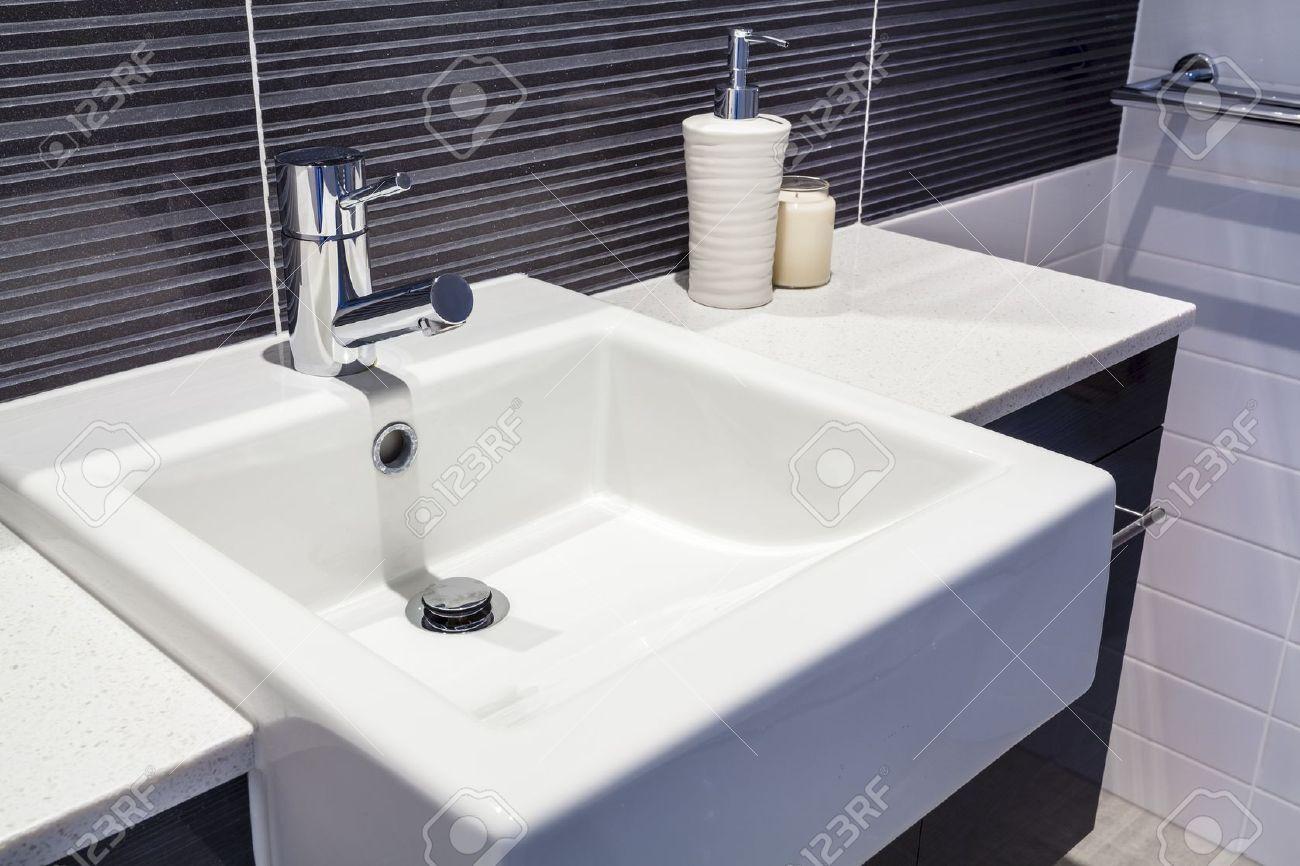 Primo piano del lavandino in bagno nuovo foto royalty free ...