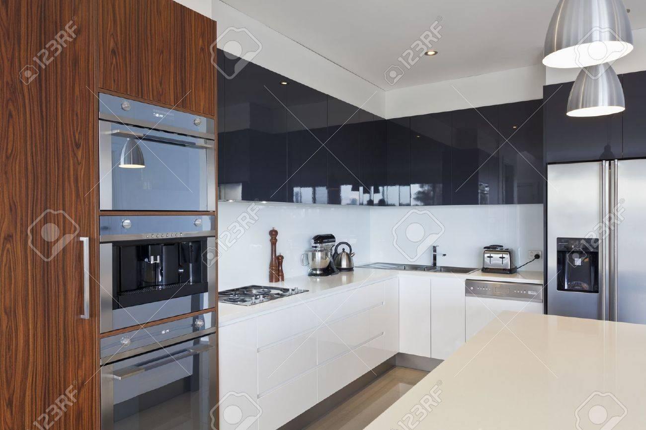 Moderne neue küche mit teuren geräten lizenzfreie fotos bilder und