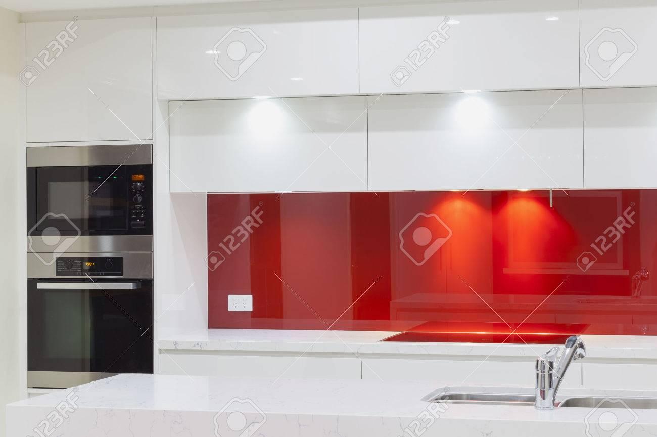 New modern minimalistic kitchen Standard-Bild - 23727627