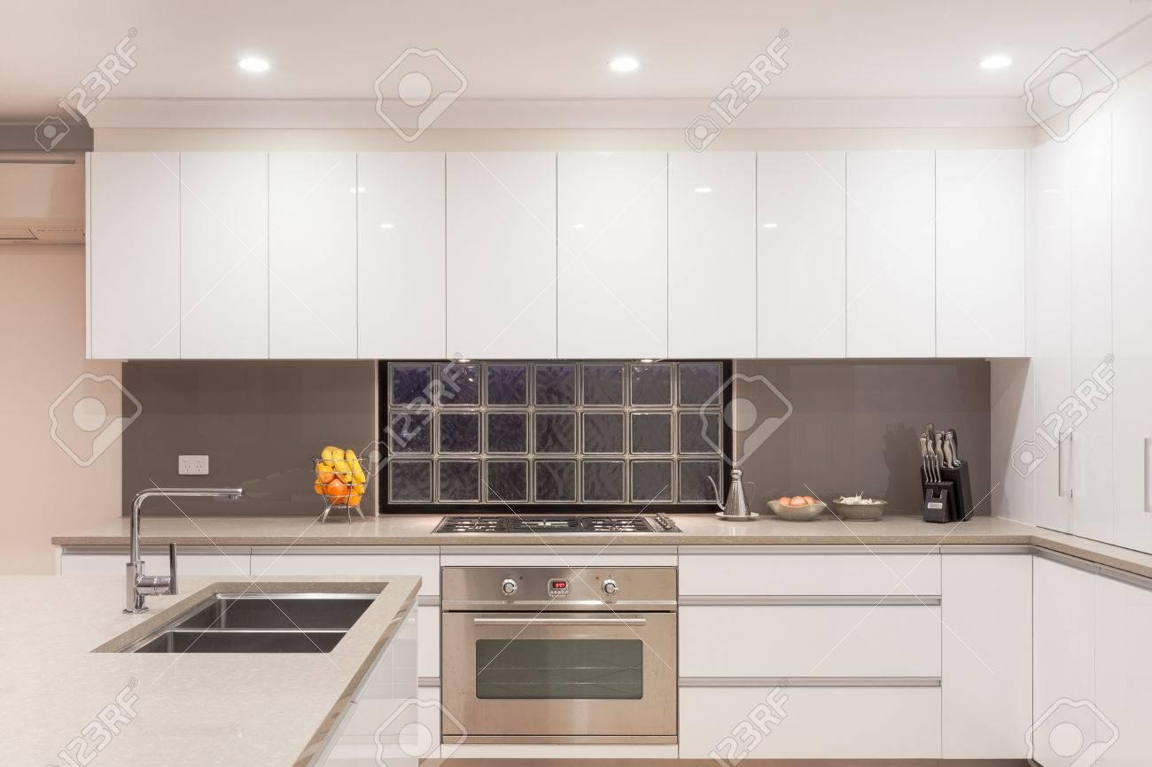New modern minimalistic kitchen interior Standard-Bild - 25283581