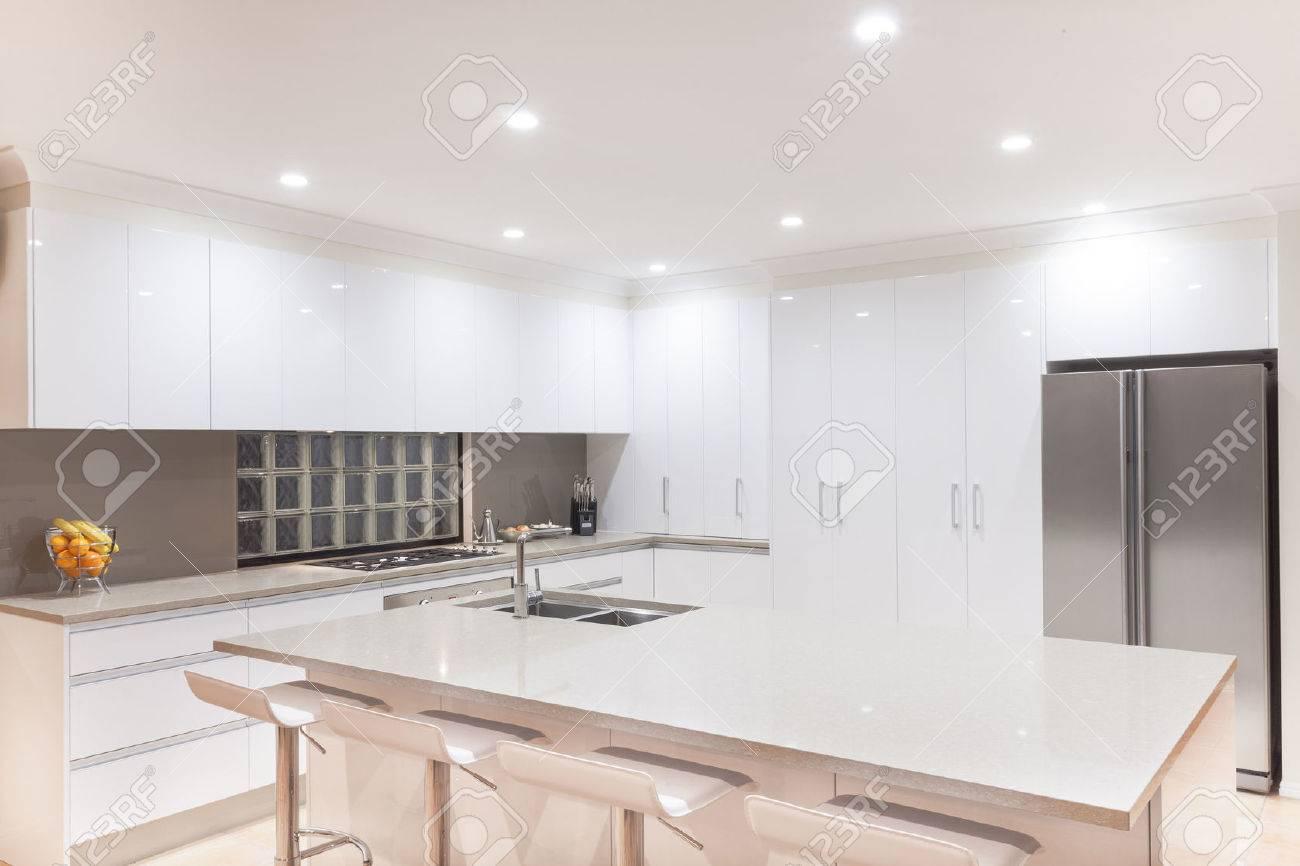 Neue moderne minimalistische Küche Interieur Standard-Bild - 25283584