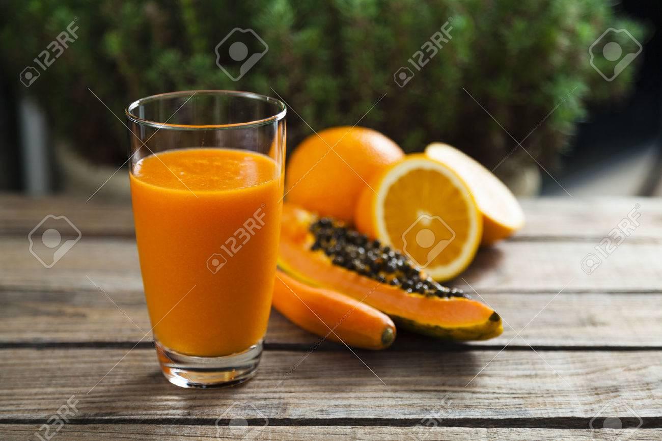 Gesunde Orange, Papaya und Karotte Smoothie Standard-Bild - 27321432