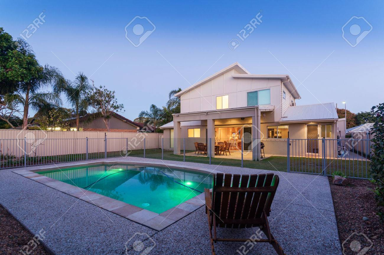 Modern home at dusk with swimming pool Standard-Bild - 30749801