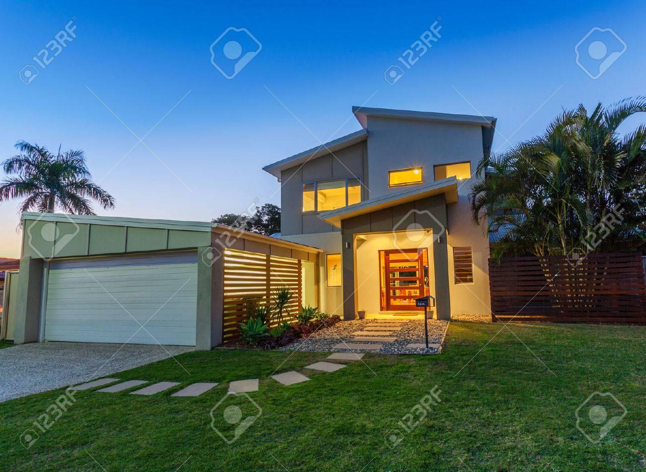 Modern australian home front at dusk Standard-Bild - 30774454