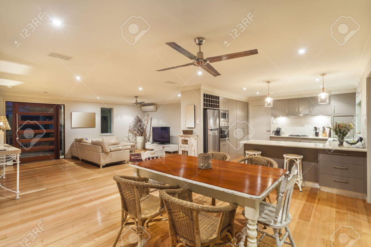 Stilvolle Wohnlandschaft mit Küche, Ess-und Wohnzimmer Standard-Bild - 30774457
