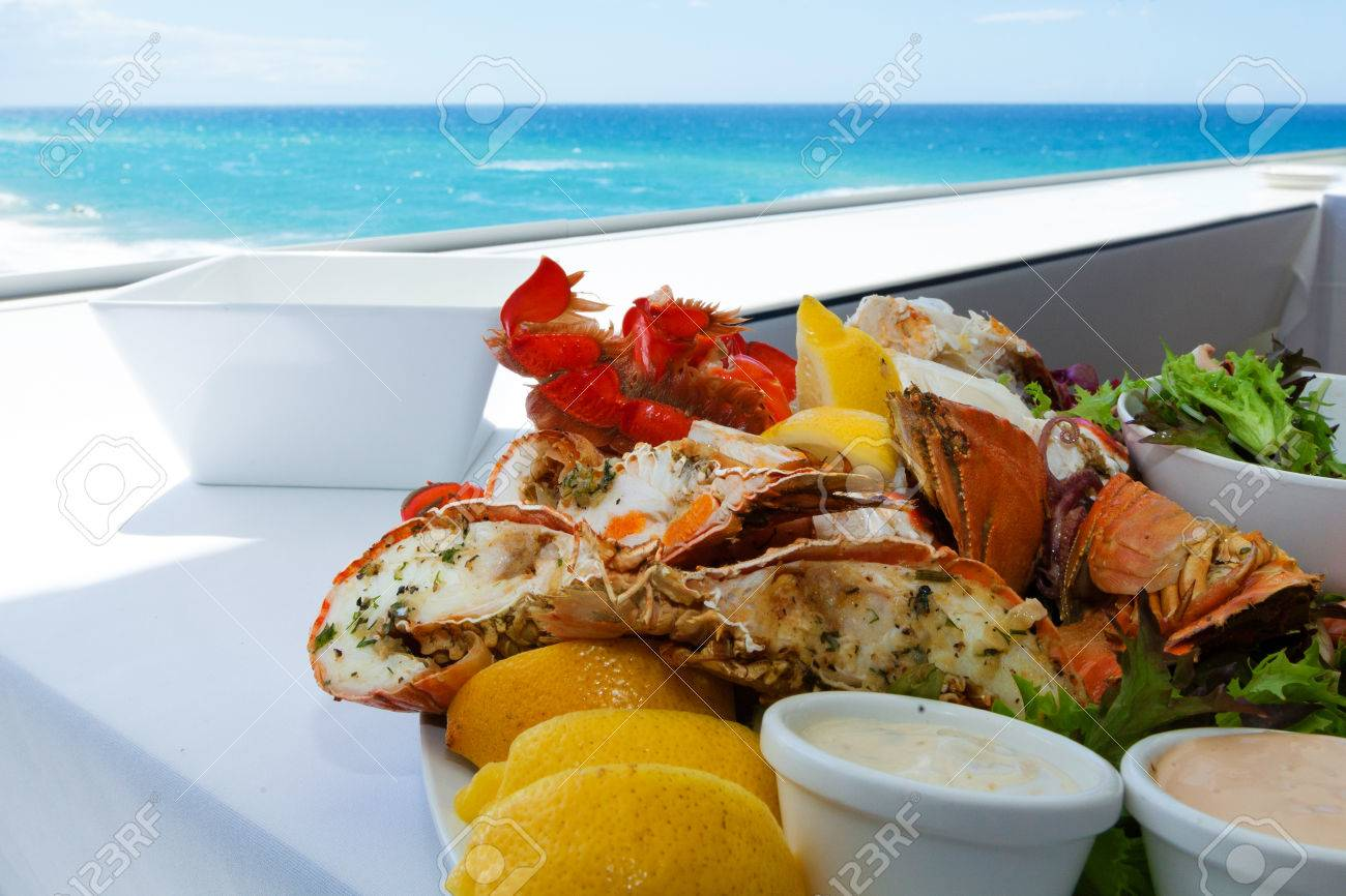 Mixed seafood plate by a tropical beach Standard-Bild - 35319967