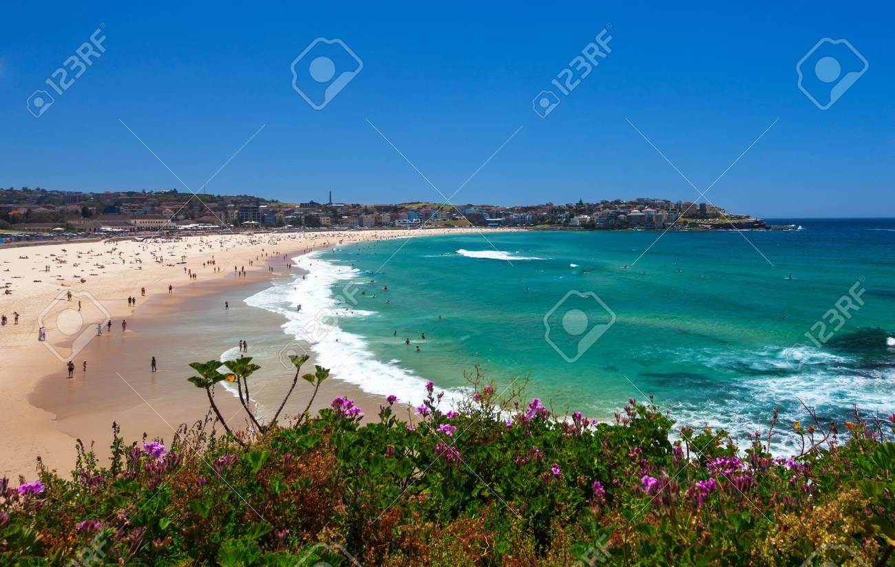 Amazing day on Bondi Beach in Sydney, Australia Standard-Bild - 35368881