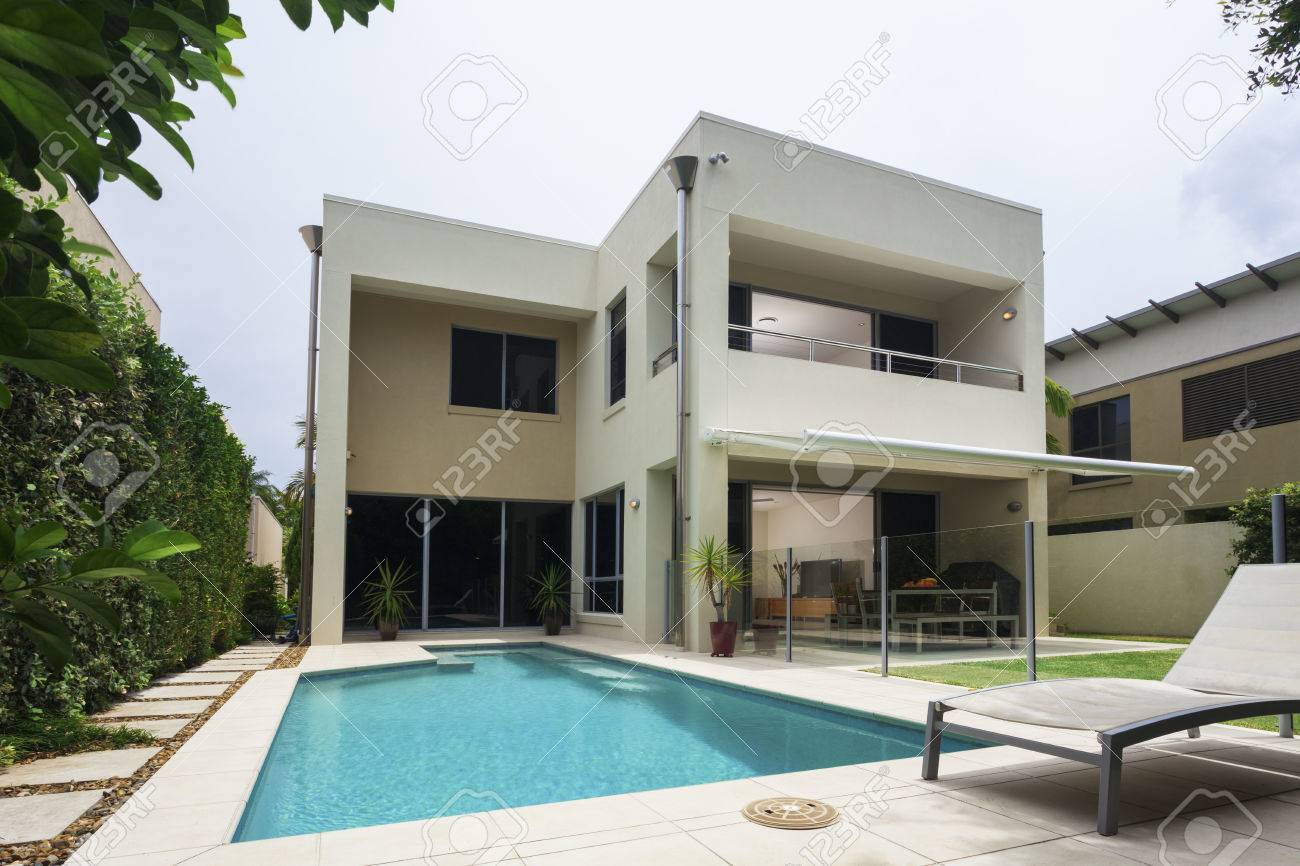 Modern tropical villa exterior with sunny pool Standard-Bild - 36454315