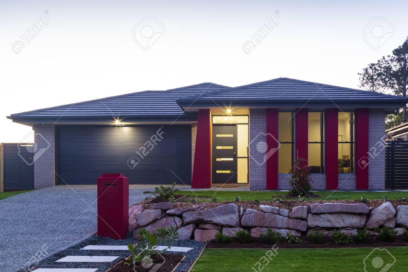 Neue stilvolle modernen Haus außen in der Dämmerung Standard-Bild - 36454323