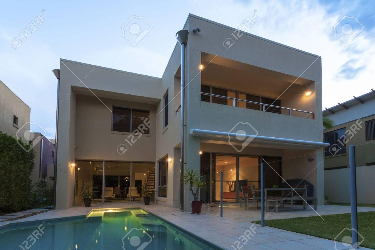 Modernes Haus Außen Mit Pool In Der Abenddämmerung Lizenzfreie Fotos ...