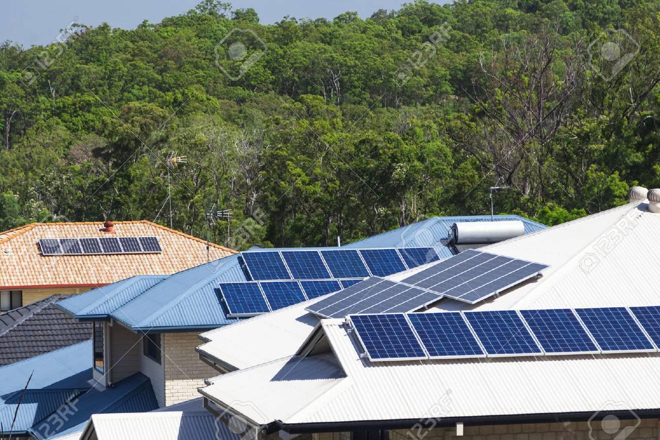 Sonnenkollektoren auf mehrere energieeffiziente Häuser Standard-Bild - 36454482