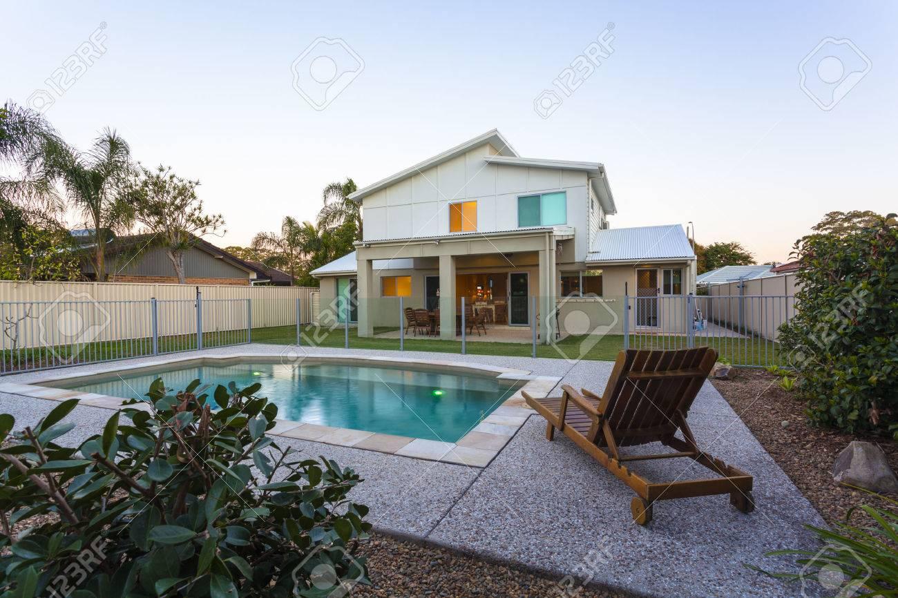 Modernes Haus Außen Mit Pool In Der Abenddämmerung Standard Bild   36454966
