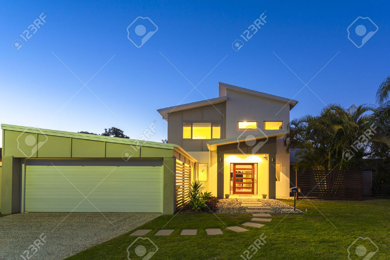 New stylish modern home exterior at dusk Standard-Bild - 36454969