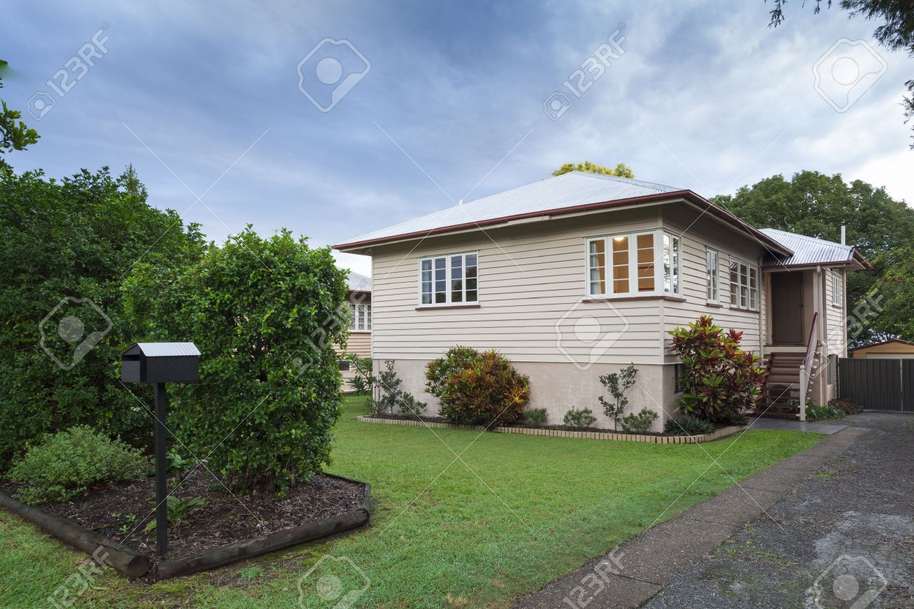 Small australian wooden home in the suburbs Standard-Bild - 36454986