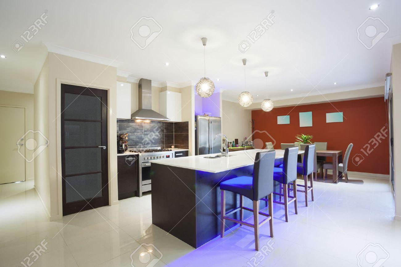 LED Leuchtet Küche Und Esstisch In Der Modernen Stilvolles Zuhause ...