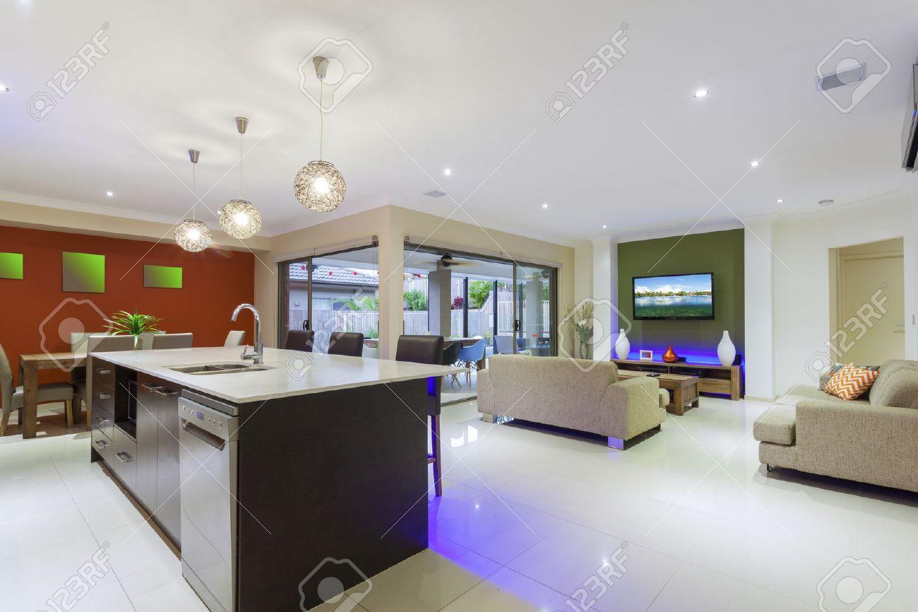 Stilvolle Wohnlandschaft mit LED-Leuchten und Outdoor-Tisch Standard-Bild - 37743200