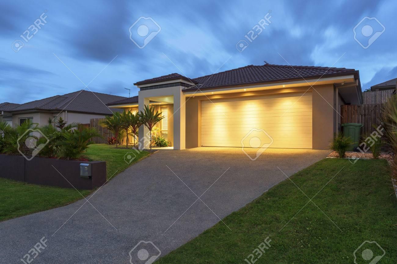 Gut Beleuchtet Modernen Haus Außen In Der Dämmerung Lizenzfreie ...