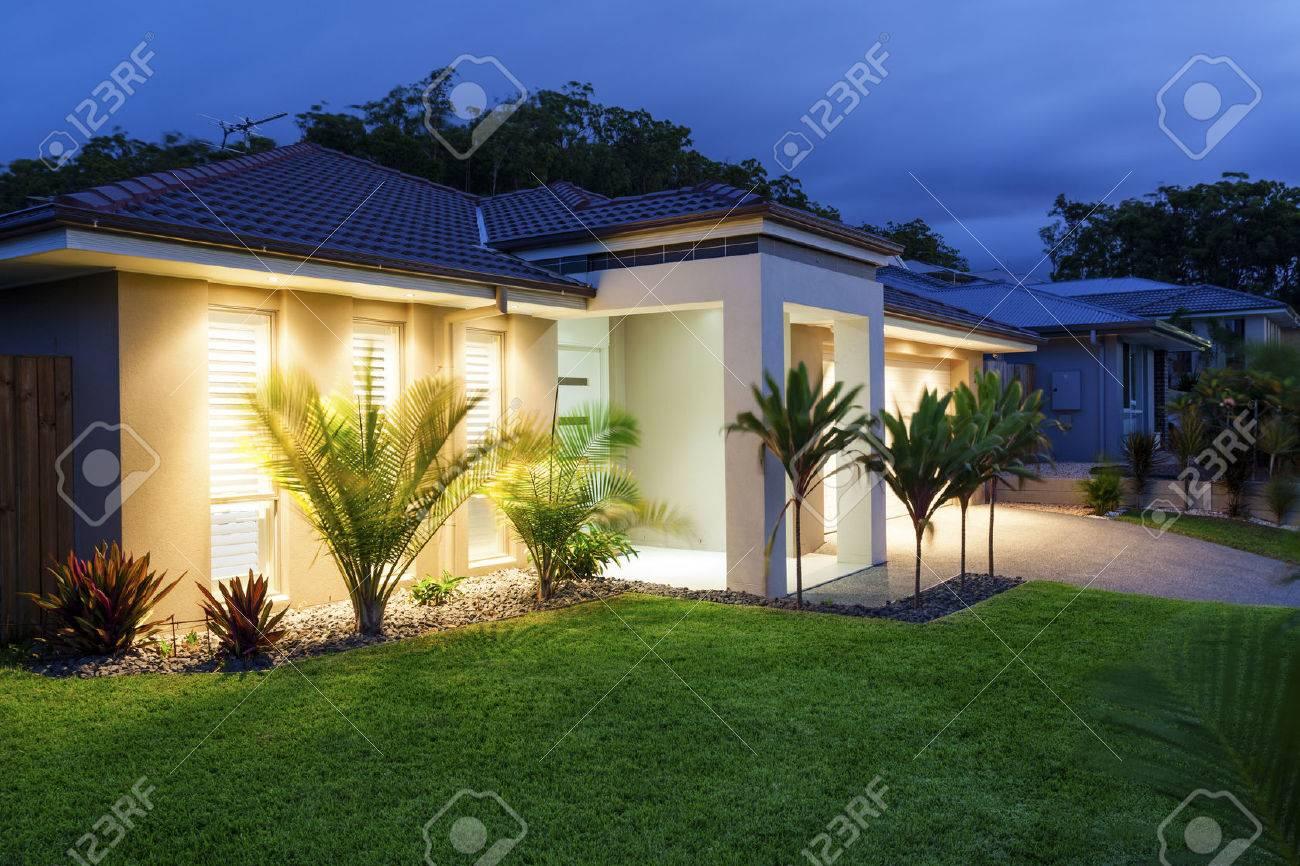 Well lit modern home exterior at dusk Standard-Bild - 37827817