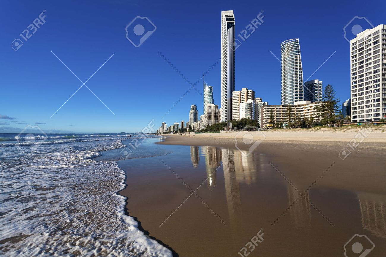 View of Surfers Paradise from beach on Queensland's Gold Coast Standard-Bild - 39182501