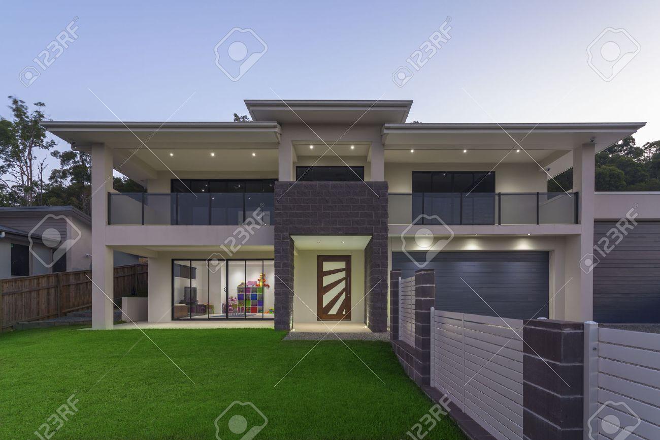 Modern home exterior at dusk Standard-Bild - 55433914