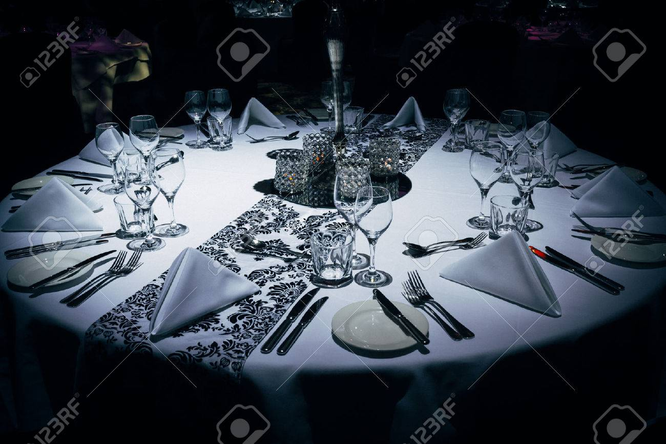 Luxurious table setting at evening event Standard-Bild - 55433956