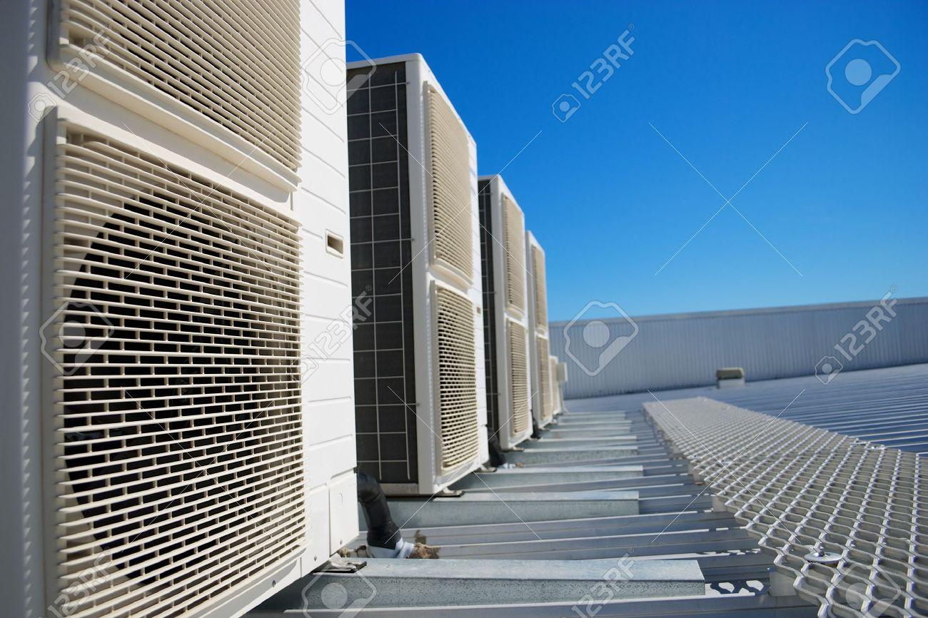 Archivio Fotografico   Unità Climatizzatore Sul Tetto Di Un Edificio  Industriale. Cielo Blu Sullo Sfondo. Nessun Popolo. Copia Spazio.