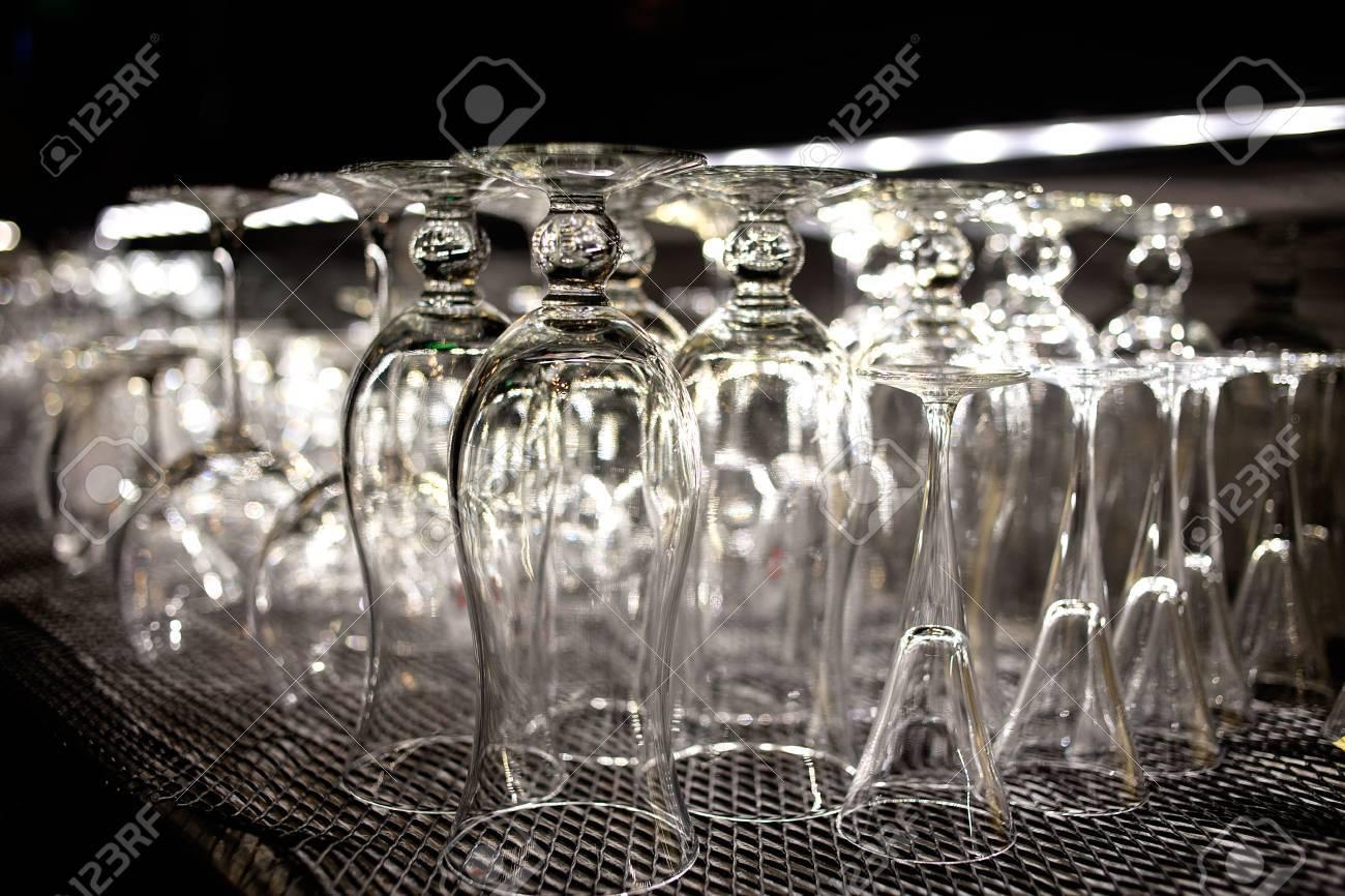 Eine Menge Leere, Saubere Brille In Bar Für Wein Oder Cocktails ...