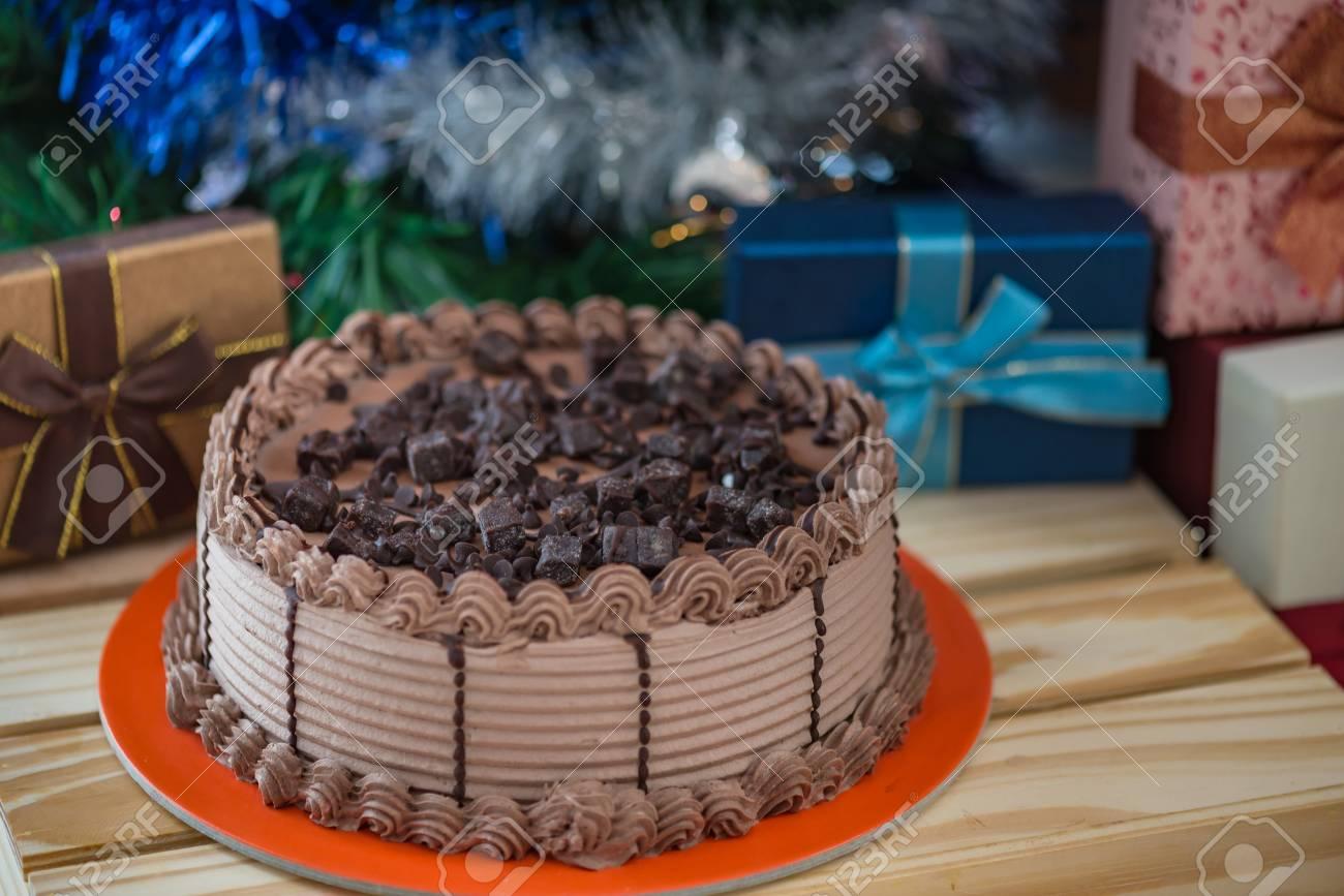 チョコレート ケーキの生クリーム チョコレート チャンク内の暗いチョコレート アイス クリームとトッピングでクローズ アップ の写真素材 画像素材 Image 66096259