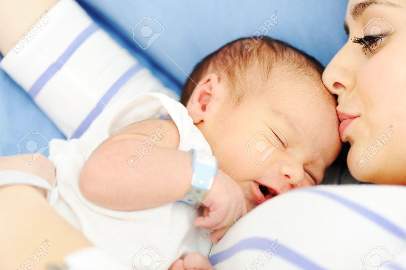 42f15fd034c Mujer Con Su Bebé Recién Nacido 2 Días De Edad Fotos, Retratos ...