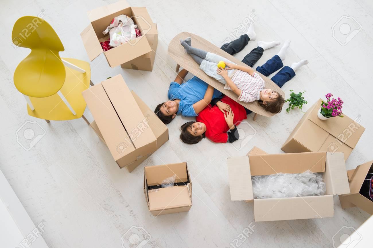 Glückliche Kinder Mit Boxen In Neues, Modernes Zuhause Draufsicht ...