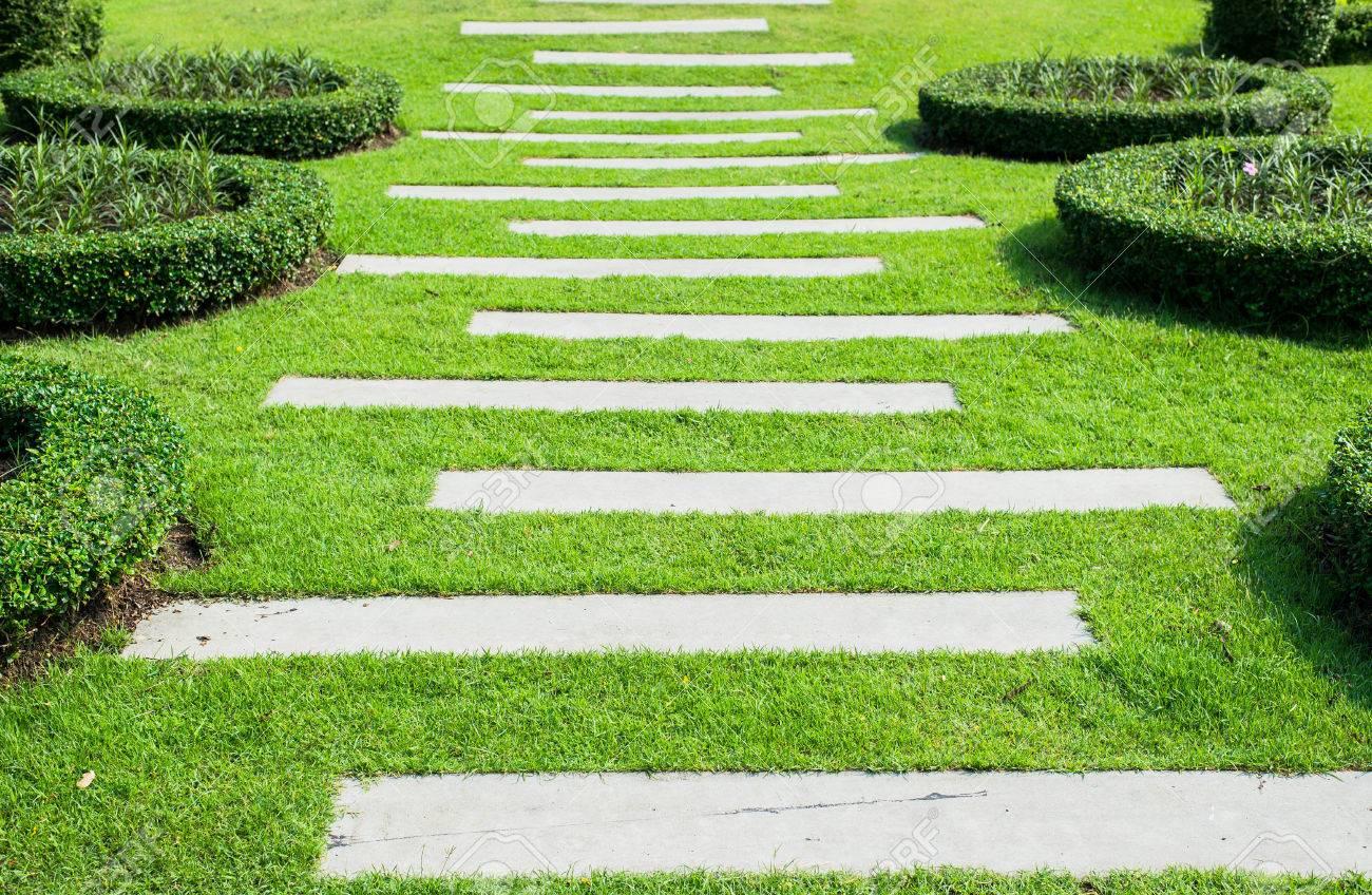 L Amenagement Paysager Dans Le Jardin Le Chemin Dans Le Jardin