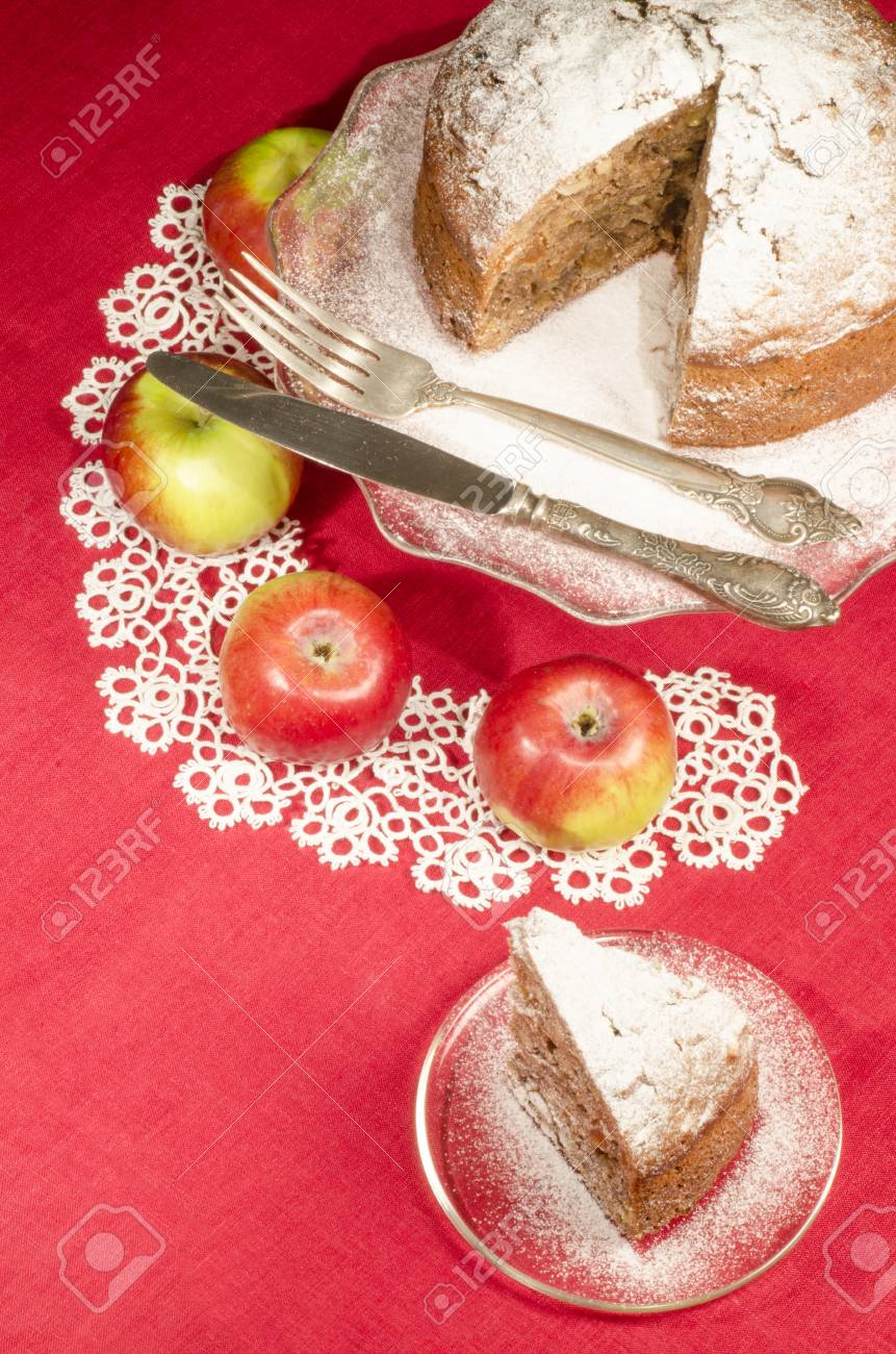 Apfelmus Rum Rosinen Kuchen Für Weihnachten Tisch. Tisch Mit Spitzen ...