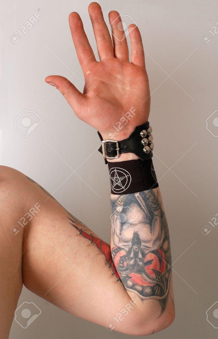 Hombre Del Brazo Izquierdo Con El Tatuaje Cubierto Con Negro Bracer